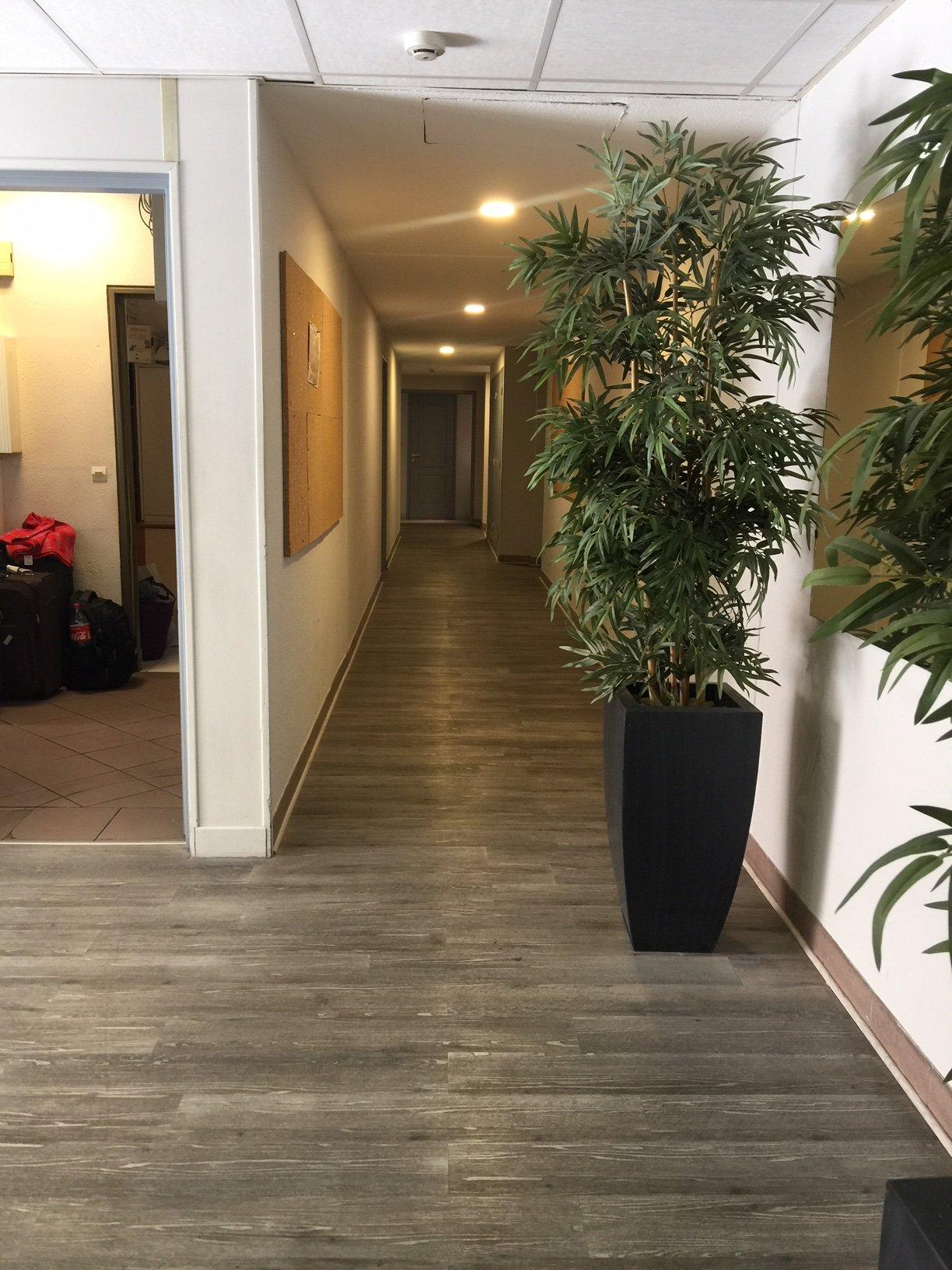 hall-avec-vu-sur-le-long-couloir-