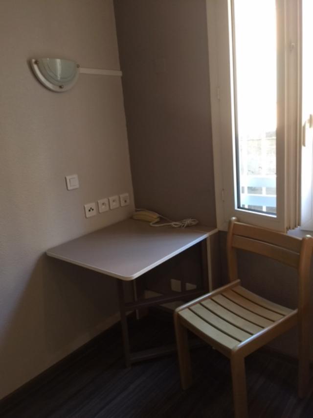 table-dans-studio-à-lit-bureau